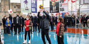 """BAKAN KASAPOĞLU, SİİRTLİ ÇOCUKLARLA """"LASTİKPARK"""" SPOR SAHASINDA VOLEYBOL OYNADI"""