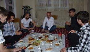 VALİ ATİK, ÖĞRENCİLERİN 'İFTAR DAVETİNİ' GERİ ÇEVİRMEDİ